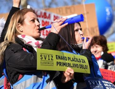 Slovenian teachers demonstrate